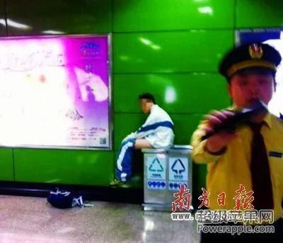 """广州地铁再现""""大便弟"""""""