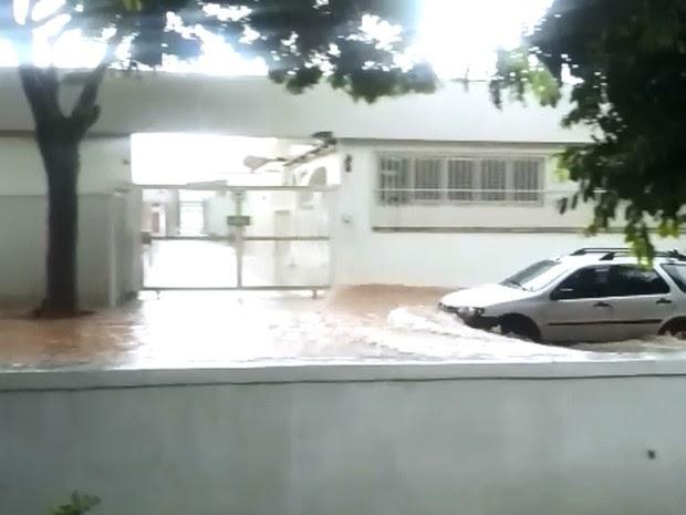 Gabriela Warttmann enviou imagens do alagamento em uma das ruas no entorno do Aeroporto da Pampulha, em Belo Horizonte (Foto: Gabriela Warttmann/Arquivo pessoal)