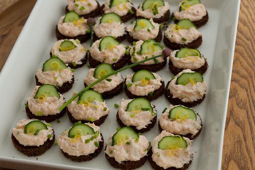 Crispy rye bread buttons with cream cheese and smoked salmon / Rukkileivad toorjuustu-suitsulõhekreemiga