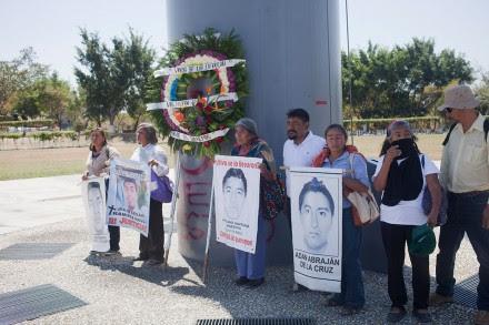 Familiares de normalistas protestan en Iguala, Guerrero. Foto: Miguel Dimayuga