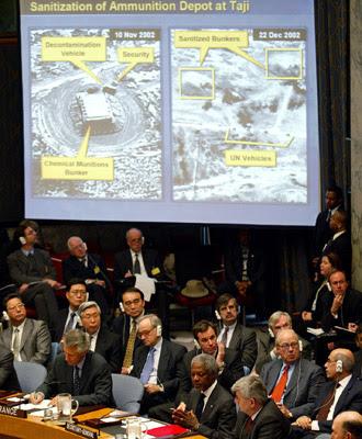 El exsecretario general de la ONU escucha las explicaciones de Powell sobre el arsenal químico de Sadam que nunca existió.- AFP/Archivo