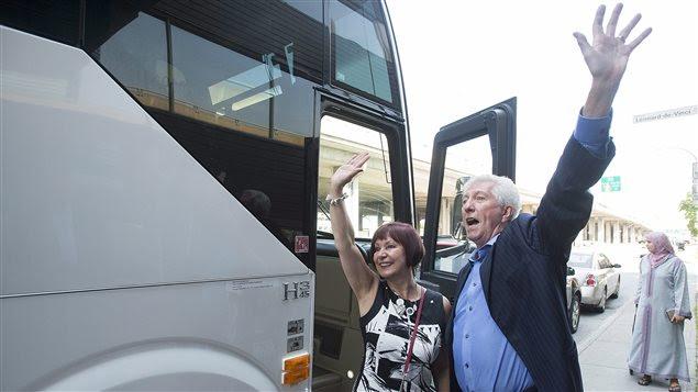Gilles Duceppe et sa femme, Yolande Brunelle, saluent des partisans avant d'embarquer dans l'autocar de campagne du Bloc, dévoilé un peu plus tôt.