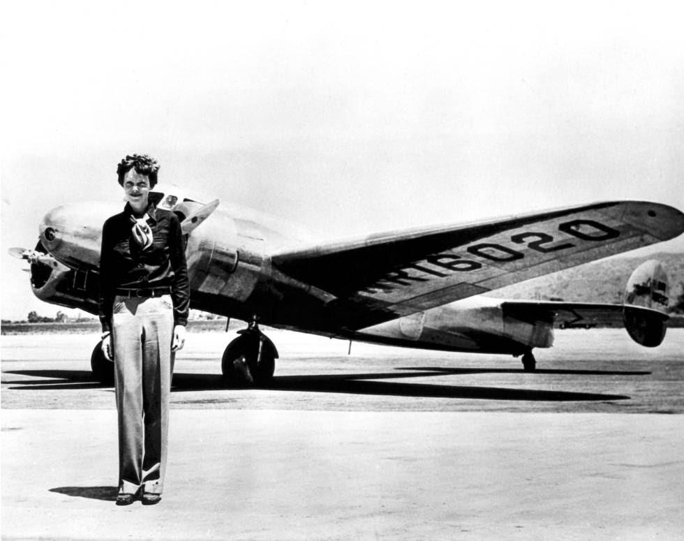 Amelia Earhart frente al Lockheed Electra en que desapareció el 2 de julio de 1937.