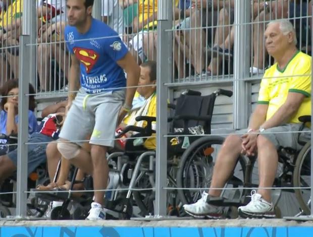 Torcedor estava em uma cadeira de rodas quando levantou e invadiu o gramado (Foto: Reprodução SporTV)