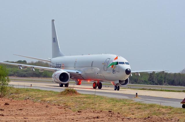 El primer Boeing P-8I reconocimiento marítimo de largo alcance y los aviones de guerra antisubmarina llegaron hoy, según lo previsto, en la India la Estación Naval Rajali. El-8I P es uno de los ocho aviones Boeing está construyendo para la India como parte del contrato adjudicado en 2009.