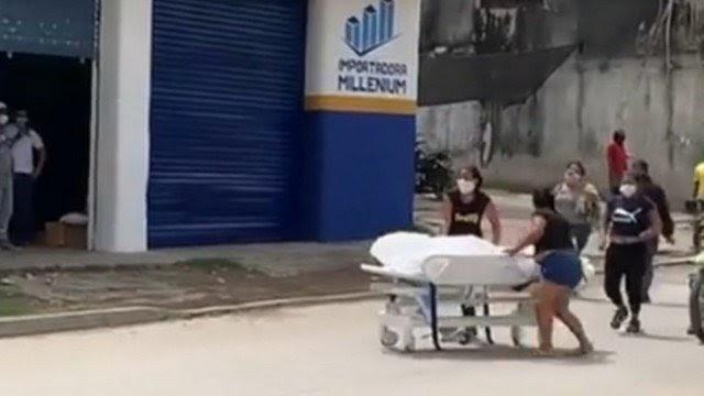 INUSITADO: FAMÍLIA QUEBRA PORTA DE HOSPITAL E LEVA CORPO DE MORTO POR COVID-19 AO LONGO DE SETE QUARTEIRÕES ATÉ CEMITÉRIO