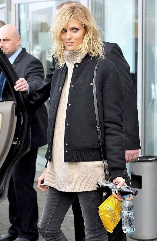 Le Fashion Blog Model Anja Rubik Fall Airport Style Black Bomber Jacket Oversize Beige Turtleneck Knit Leather Crossbody Bag Distressed Denim Via Pudelek