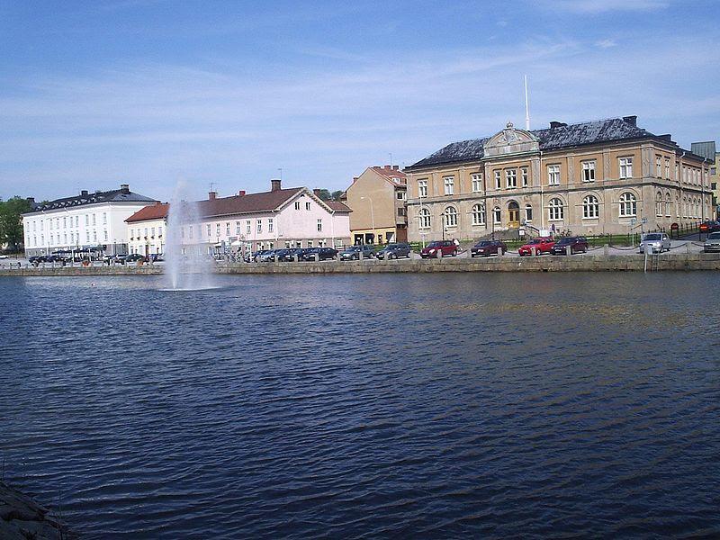 File:Vänersborg, Gamla Hamnkanalen och Hamngatan, den 5 juli 2006.JPG