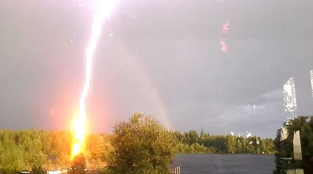 la foudre, les éclairs vidéo, la meilleure vidéo de l'éclair, la foudre vidéo étonnante, terrfying foudre vidéo, impressionnant foudre vidéo, Flash?  Foudre Presque Femme Filmer A Rainbow en Suède (VIDEO)