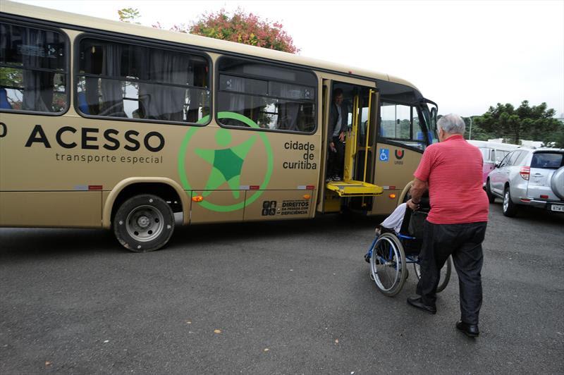 Um micro-ônibus que pega a pessoa em casa, leva para consultas de saúde e entrega novamente o paciente na porta de casa tem facilitado muito a vida de pessoas com deficiência.<br />Curitiba, 30/03/2015<br />Foto: Everson Bressan/SMCS