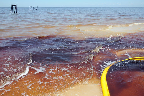 oil in water and oil on beach with boom__7366 web