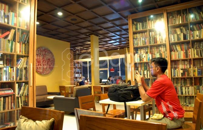 reading room coffee shop unik dengan konsep perpustakaan