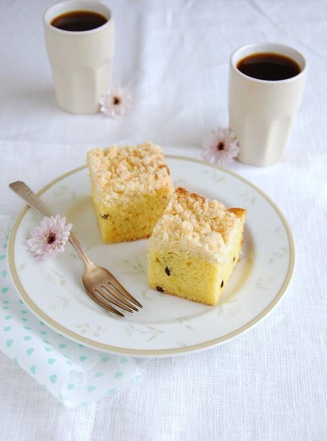 Passion fruit cake with coconut streusel / Bolo de maracujá com cobertura streusel de coco