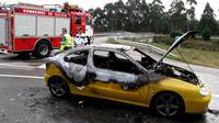 El fuego devora un automóvil en plena vía de O Salnés