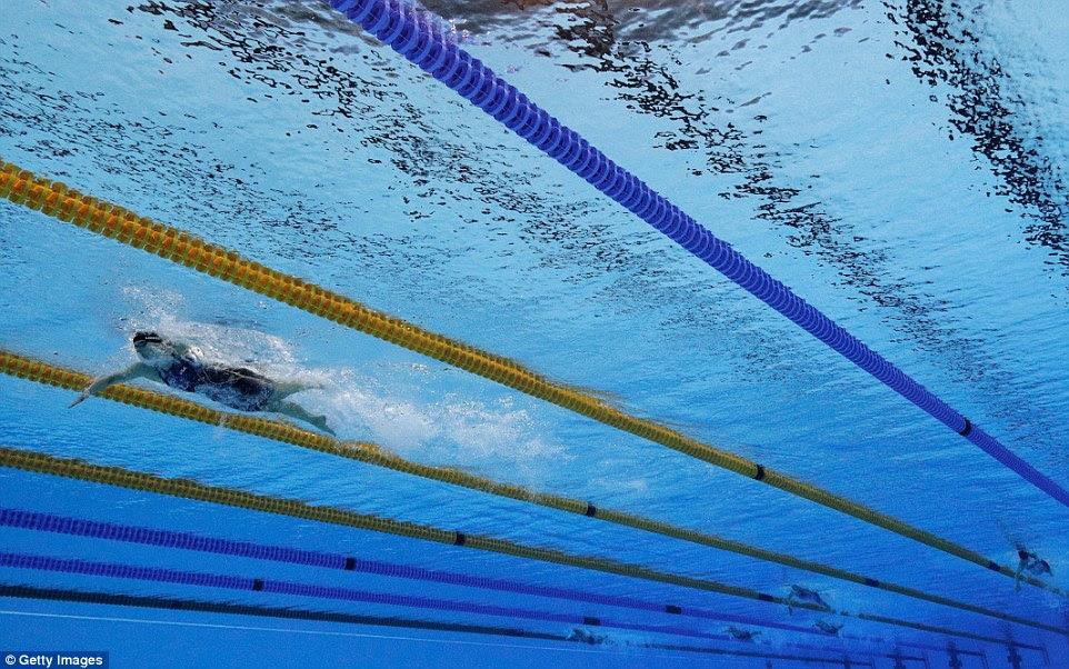 Katie Ledecky deixou seus rivais arrastando em sua esteira enquanto ela saltou para a vitória no freestyle de 800m, terminando 12 segundos clara
