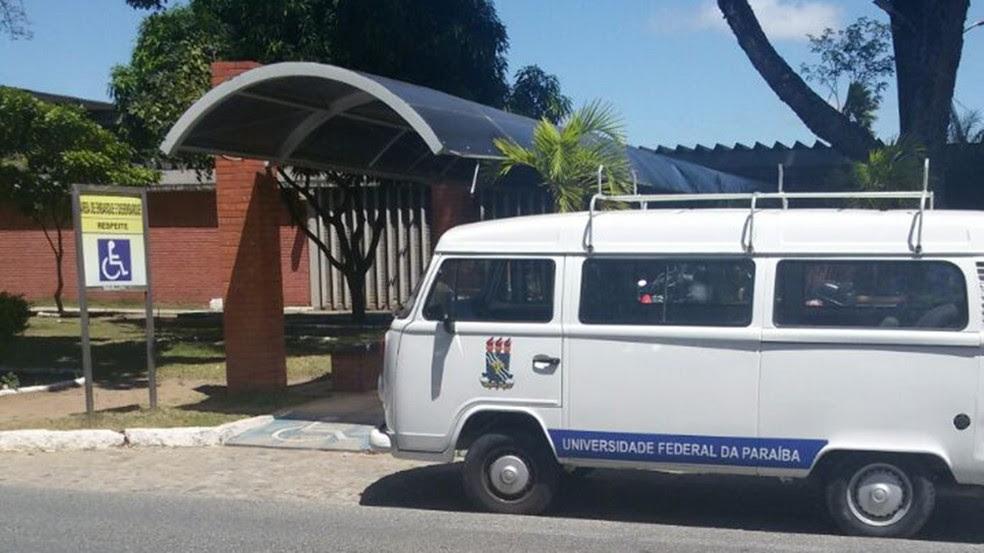 Estudante flagrou veículo da UFPB estacionado em área de embarque e desembarque de deficientes físicos (Foto: Jean Emmerick/Arquivo Pessoal)
