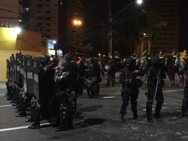 Confronto entre Polícia Militar e manifestantes, em Vitória (Foto: Guilherme Ferrari/ A Gazeta)
