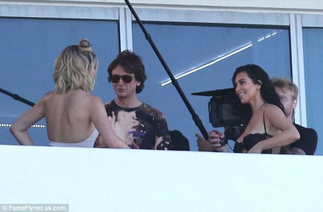 A conversa: O trio conversava em um balcão como um cameraman dilligent estava perto