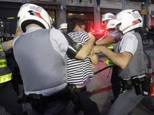Policial prende homem em local próximo da concentração da manifestação em SP (Foto: Gabriela Biló/Futura Press)