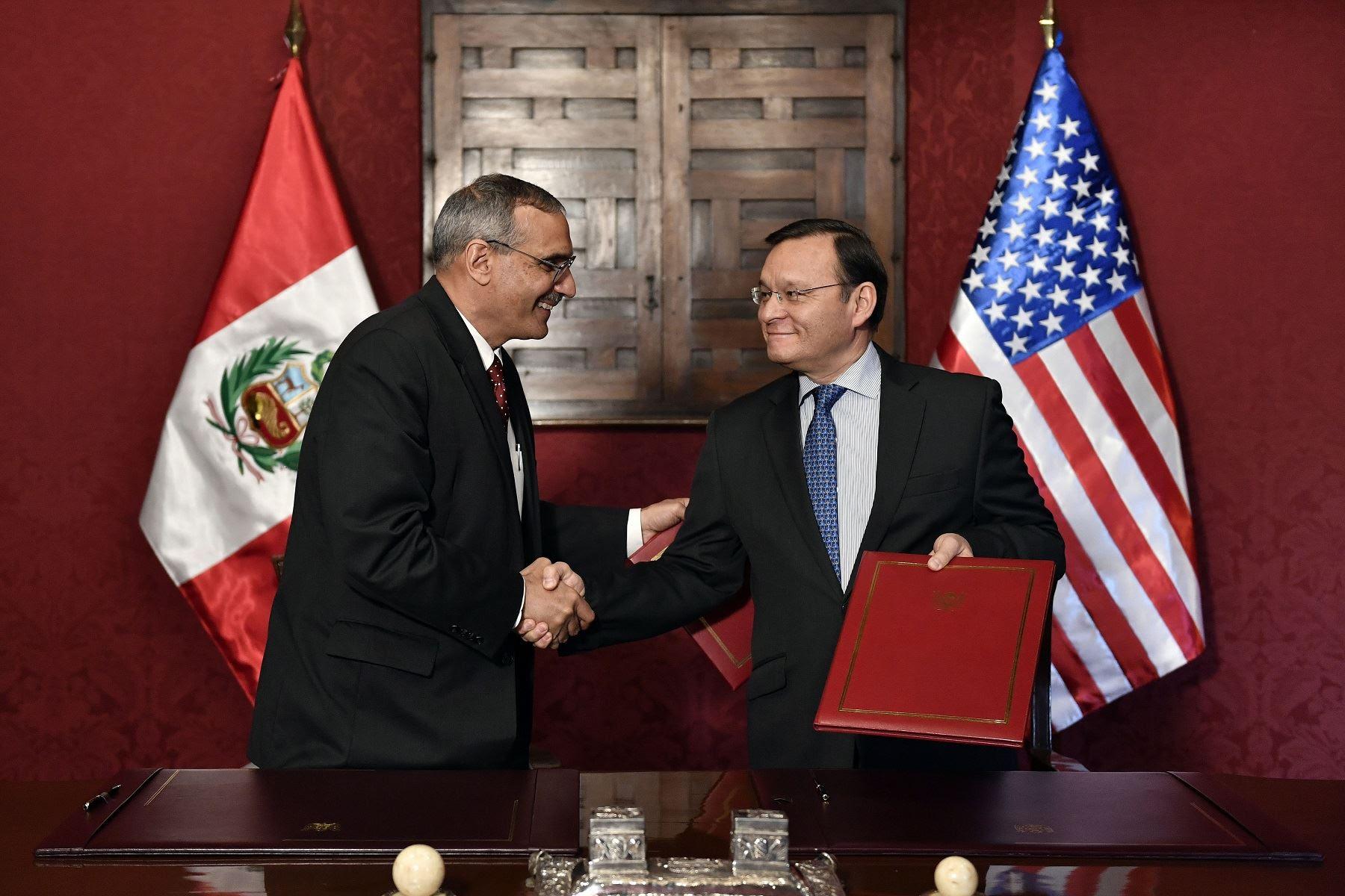 Firma de memorándum de entendimiento para el combate al terrorismo entre Perú y Estados Unidos, a cargo del canciller peruano Néstor Popolizio, y el embajador estadounidense en Lima, Krishna Urs.