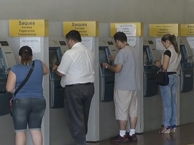 Em caso de descumprimento, agências bancárias serão multadas (Foto: Reprodução/TV Tem)
