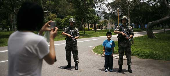 http://www.rtve.es/imagenes/visitor-takes-photo-of-peoples-liberation-army-soldiers-during-an-open-day-of-their-barracks-in-hong-kong/1306836410564.jpg