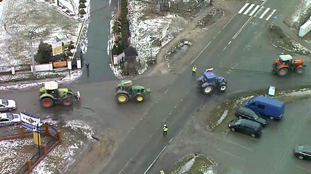 Zobacz, jak traktory jadą do Warszawy. Zdjęcia z Błękitnego 24
