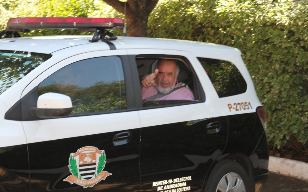 Edson Gomes dentro da viatura da polícia para ser levado para a delegacia (Foto: Douglas Cossi/Ilha de Notícias)
