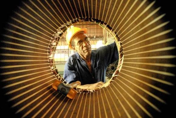 Trabajador del taller de reparaciones eléctricas de la Empresa Mecánica del Níquel Comandante Gustavo Machín Hoed De Beche (EMNI), en el municipio de Moa, provincia de Holguín, Cuba, el 29 de abril de 2014. AIN FOTO/Juan Pablo CARRERAS