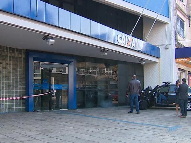 Agência da Caixa Econômica Federal arrombada em Porto Alegre (Foto: RBSTV/Reprodução)
