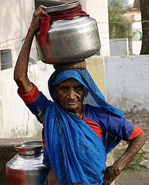 Una mujer india acarreando agua.  A.G.