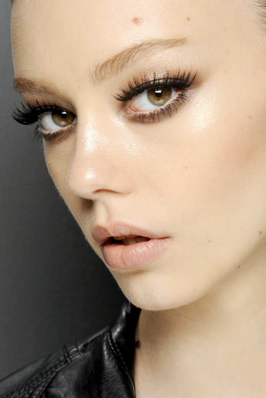 LE FASHION BLOG BACKSTAGE BEAUTY GUCCI SS SPRING SUMMER 2013 BOLD MAJOR FALSE EYELASHES LASHES CLEAN NATURAL SKIN NEUTRAL BARE NUDE LIPS LIPSTICK
