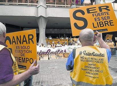 Protesta frente a la sede del Ministerio de Empleo en Barcelona.