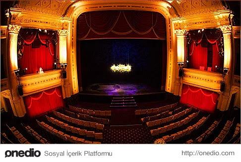 Tekrarı yoktur tiyatronun, tıpkı hayat gibi. Sahnede ne yaşıyorsan o... Ne izliyorsan o... Tıpkı hayat gibi.
