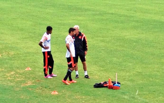 Gabriel e Eduardo da Silva estão fora do jogo contra o São Paulo