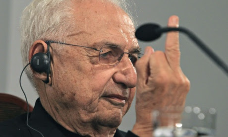Frank Gehry giver journo the finger