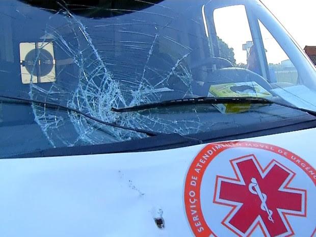 Ambulância estava com sirene ligada para atendimento em Natal (Foto: Reprodução/Inter TV Cabugi)