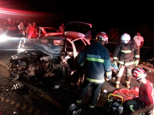 Táxi e um outro veículo bateram de frente; Bombeiros foram chamados para retirar corpo do motorista, que ficou preso às ferragens (Foto: Kléber Teixeira/Inter TV Cabugi)