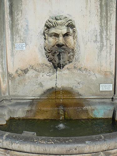 fontaine vatican.jpg