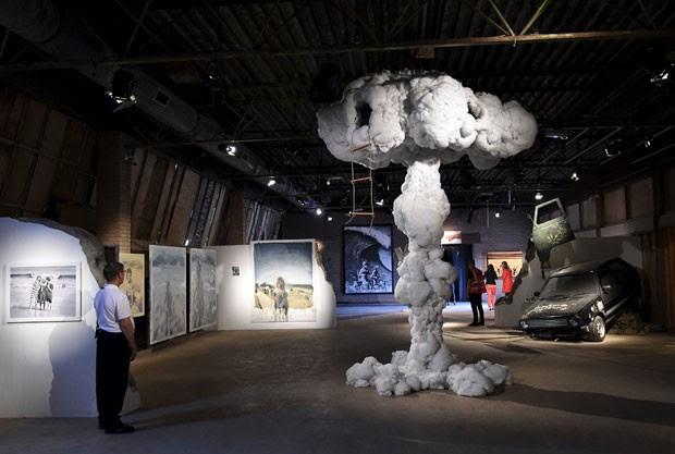 Cogumelo atômico com uma escada de cordas levando até uma abertura no alto também faz parte da mostra de Banksy na 'Dismaland' (Foto: Toby Melville/Reuters)