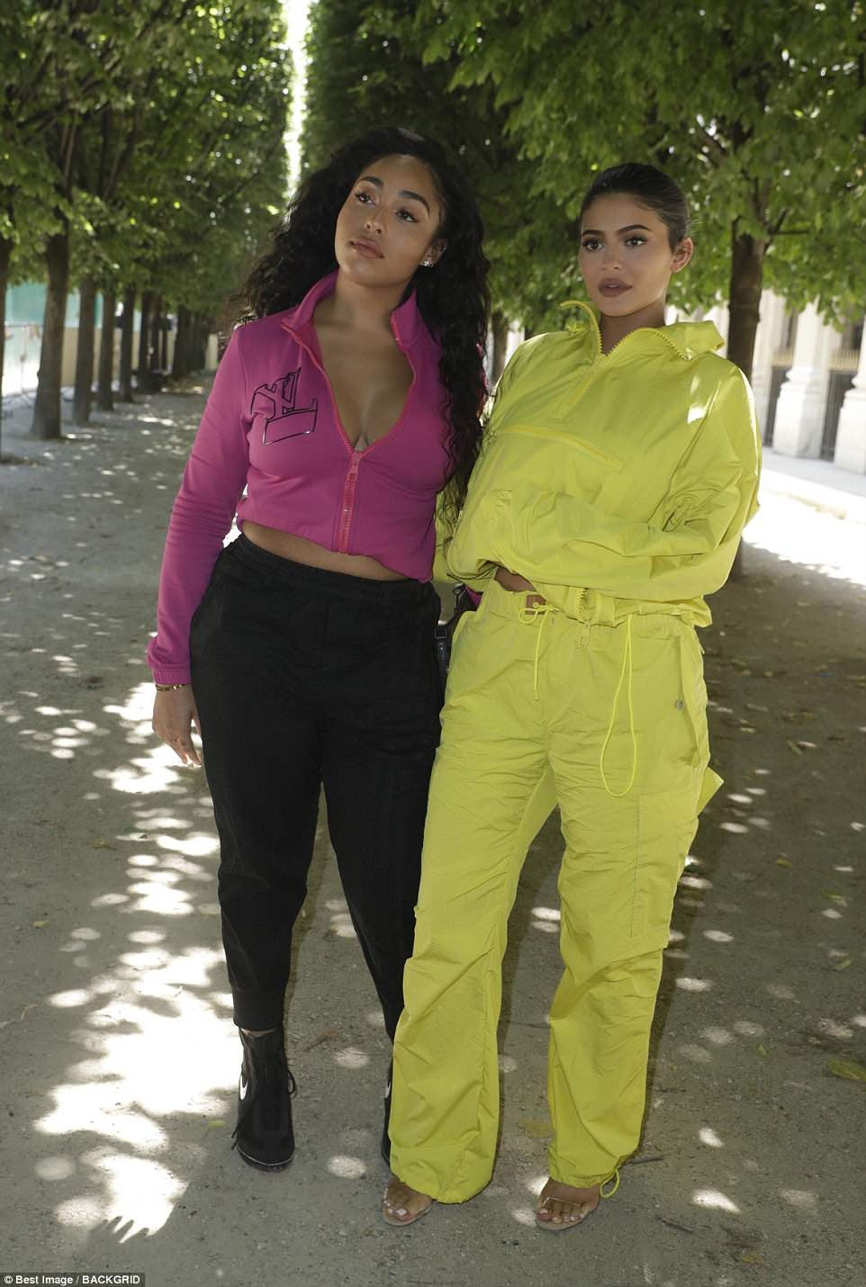 É moda: Kylie mostrou seu senso eclético de estilo em um macacão amarelo brilhante quando chegou ao show com sua melhor amiga Jordyn Woods
