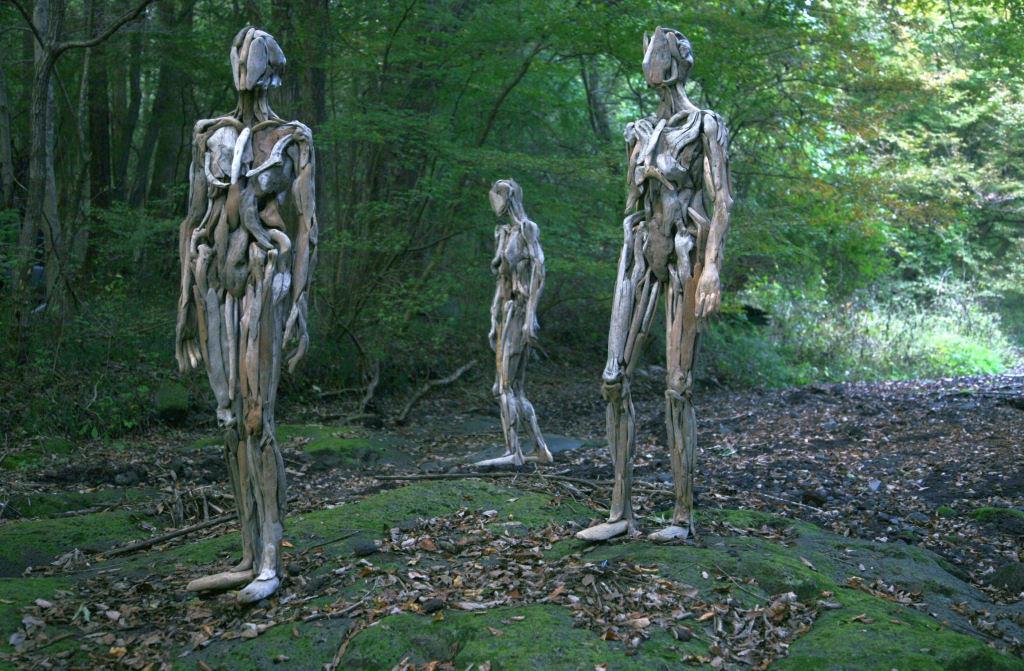 As inquietantes esculturas feitas com detrito de madeira no meio de bosque pelo japonês Nagato Iwasaki 12