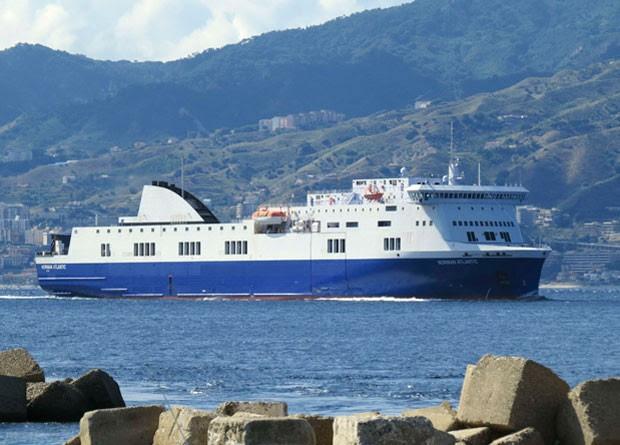 Foto tirada do ferry Norman Atlantic, que pegou fogo na Grécia, tirada em 26 de setembro (Foto: Paolo Gangemi/Reuters)