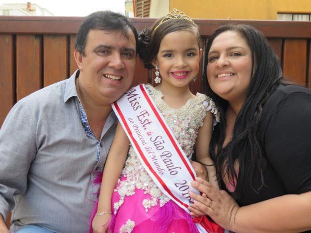 Pequena miss e os pais, José Roberto e Cleide, em Guarujá (Foto: Mariane Rossi/G1)