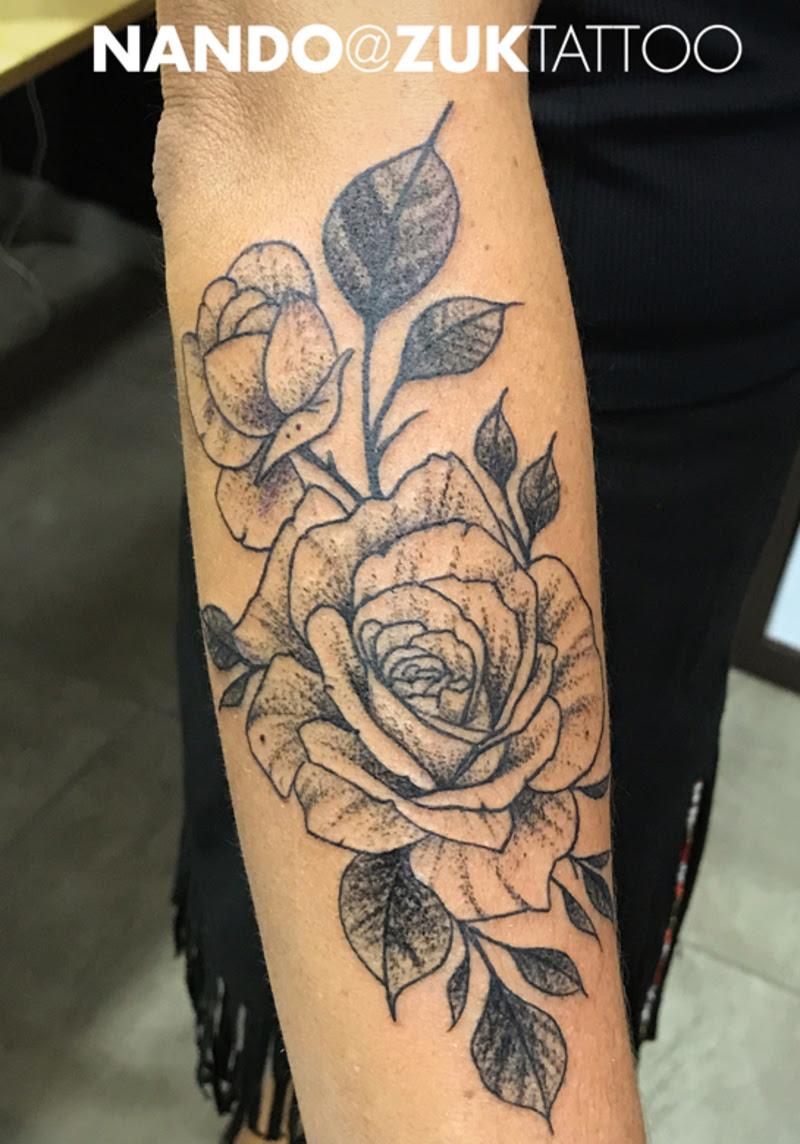 Tatuaje De Unas Rosas En El Antebrazo