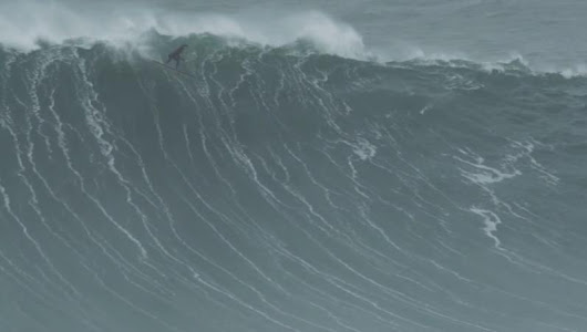 Surf XXL à la rame : Air drop take off hallucinant de Tom Lowe à Nazaré