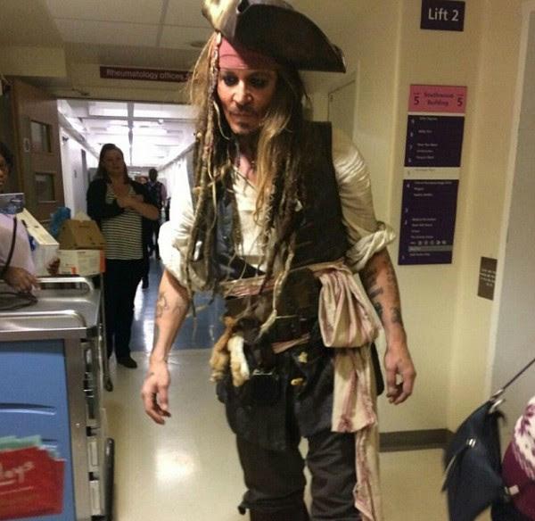 O ator Johnny Depp fantasiado como Jack Sparrow em um hospital de Londres (Foto: Twitter)
