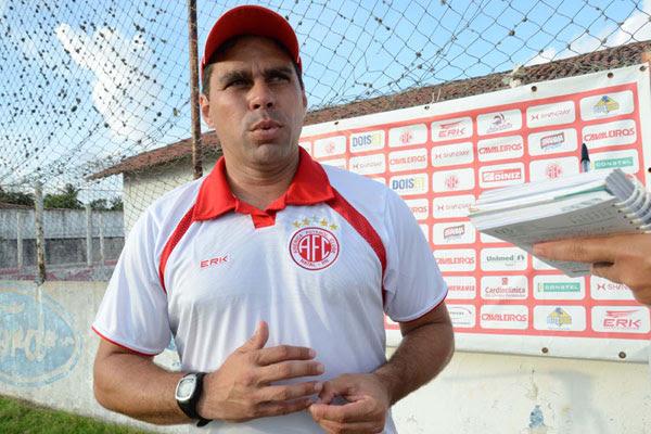 O técnico do América, Leandro Sena, vai poder observar seu time no primeiro amistoso do ano