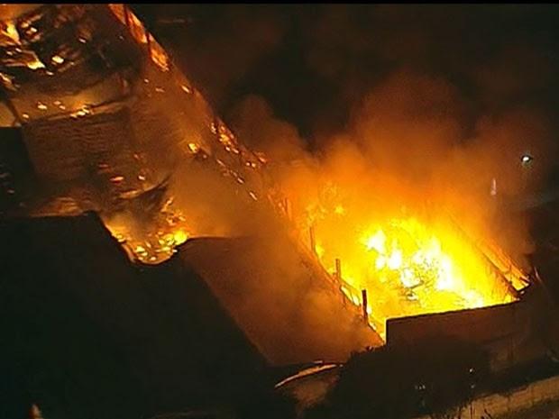 Bombeiros tentavam conter as chamas (Foto: Reprodução/TV Globo)