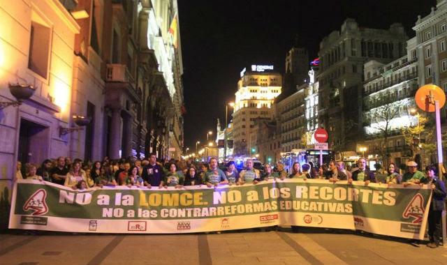 Pancarta de la marcha verde nocturna, en contra de los recortes y la 'contrarreforma' de Wert. EFE/Víctor Lerena